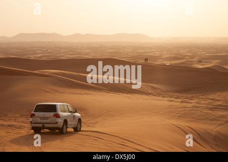 Dubai Desert Safari Urlaub tour in der Arabischen Wüste mit 4X4 Auto bei Sonnenuntergang, Dubai, VAE, Vereinigte - Stockfoto