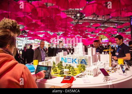 CeBIT Computer Messe 2014, Deutsche Telekom, Stand der Deutschen Telekom, Hunderte von rosa Schirme bilden ein Dach - Stockfoto