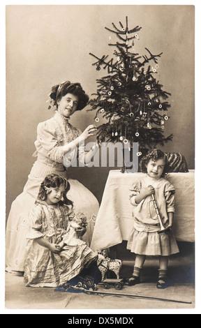 BERLIN, Deutschland - um 1900: Antike Familienporträt von Mutter und Kindern mit Weihnachtsbaum, Vintage-Kleidung - Stockfoto