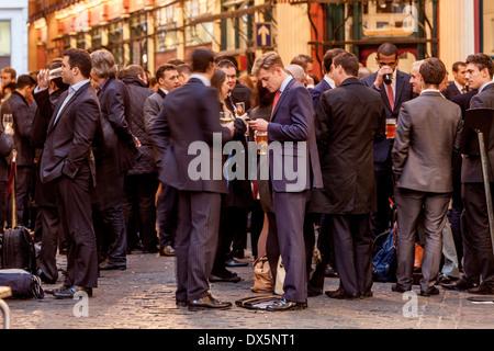 Stadt London Arbeiter nach der Arbeit entspannen, Leadenhall Market, London, England - Stockfoto