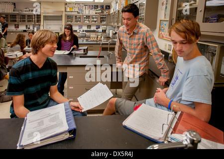 Teen Gymnasiasten Chemie diskutieren ihre Hausaufgaben vor der Klasse in San Clemente, Kalifornien. - Stockfoto