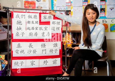 Ein asiatisch-amerikanische Lehrer führt eine erste Klasse Mandarin Chinesisch Klasse in Laguna Niguel, CA. beachten - Stockfoto