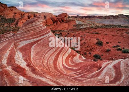 Sonnenuntergang über der Sandsteinformation, bekannt als die Fire Wave in Nevadas Valley of Fire State Park.