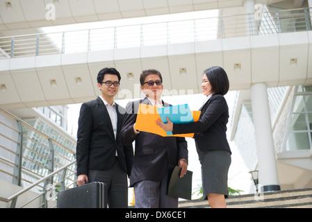 Asien-Geschäftsteam an senior ceo mit Office-Hintergrund - Stockfoto