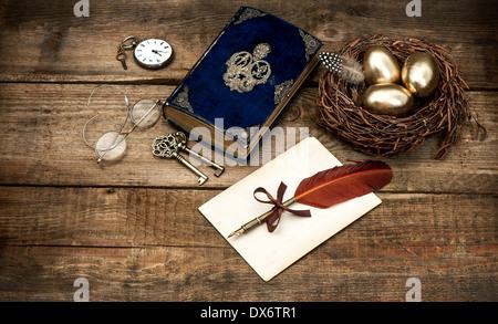 Vintage Ostern Stilleben Komposition. Dekoration mit Eiern und antiken Bibel Buch