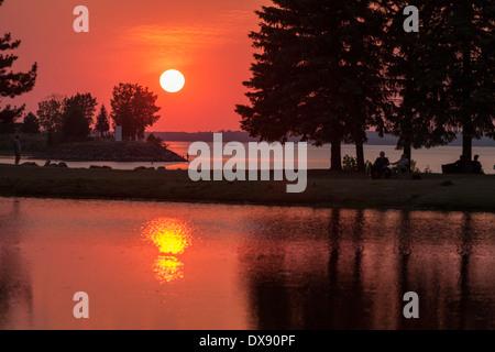 Sommer Sonnenuntergang im Park. Die Sonne geht über den Ottawa River und spiegelt sich in den künstlichen Teich, im Park-Mittelpunkt Stockfoto