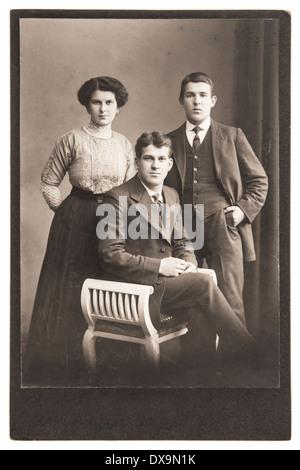 BERLIN, Deutschland - um 1900: Antike Porträt junger Menschen, die Vintage-Kleidung tragen. - Stockfoto