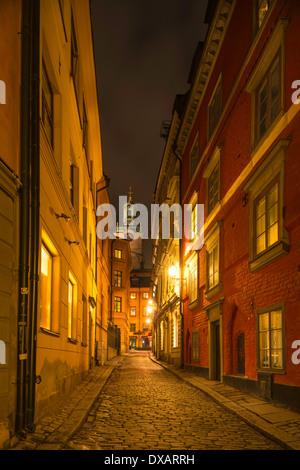 Nachtansicht der Stockholmer Kathedrale, gesehen von Stora Gråmunkegränd in Gamla Stan, die Altstadt von Stockholm, - Stockfoto