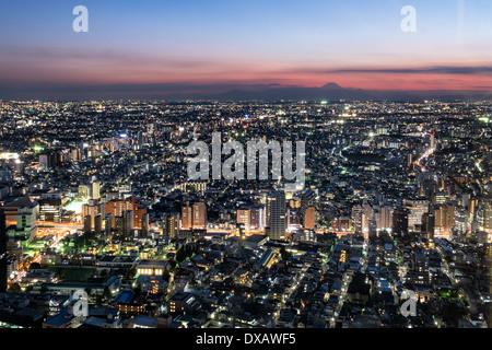 Blick auf den Sonnenuntergang von Tokio und Mount Fuji aus Tokyo Metropolitan Government Building, Tokyo, Japan - Stockfoto