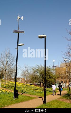 Wind und solar betriebene Laterne Lampe post neben konventionellen Laternenpfahl mit Passanten Mile End Park Tower - Stockfoto
