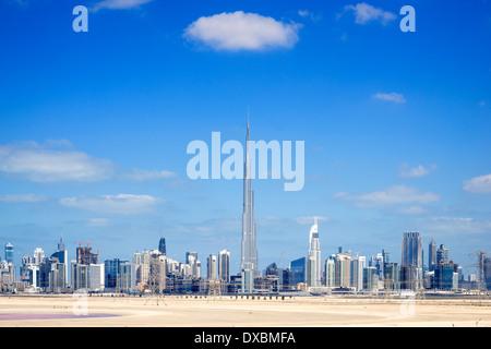 Skyline von Dubai aus der Wüste in Vereinigte Arabische Emirate - Stockfoto