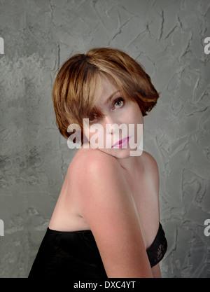Portrait der schönen Frau in einer Melancholie auf Grunge-Wand-Hintergrund - Stockfoto