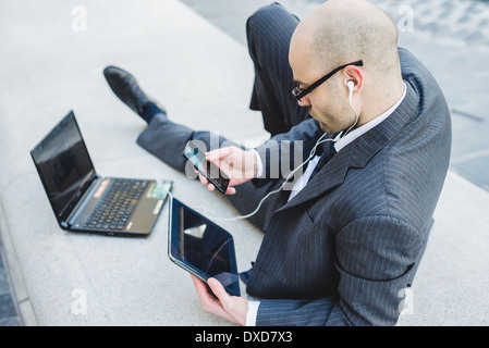elegante modische Geschäftsmann mit Tablet im Geschäftsviertel - Stockfoto
