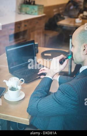 elegante modische Geschäftsmann im Geschäftsviertel - Stockfoto