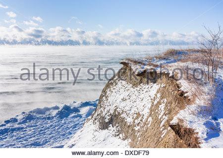 Meer Rauch kondensiert über offene See Ontario auf einem windigen kalten-20 C Wintertag an der Scarborough Bluffs - Stockfoto