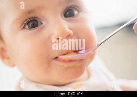 Nahaufnahme von Babymädchen (12-17 Monate) Löffel gefüttert - Stockfoto
