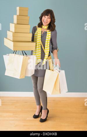 Frau mit Stack Shopping - Stockfoto