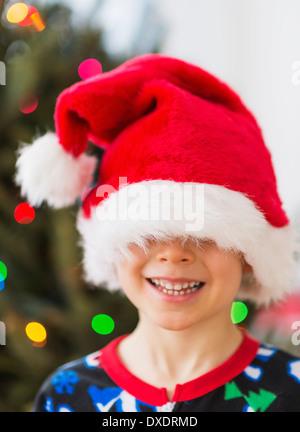 Junge (6-7) tragen Weihnachtsmütze - Stockfoto