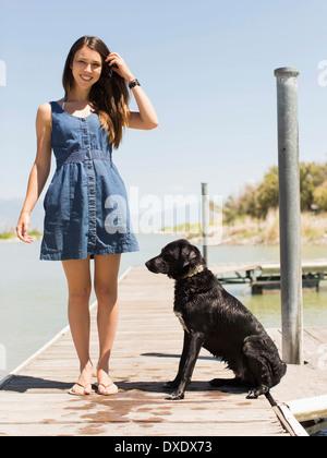 Frau mit Hund stehend auf Steg, Salt Lake City, Utah, USA - Stockfoto