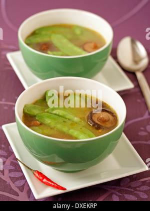 Zuckererbsen-Suppe mit chinesischen Pilzen. Rezept zur Verfügung. - Stockfoto