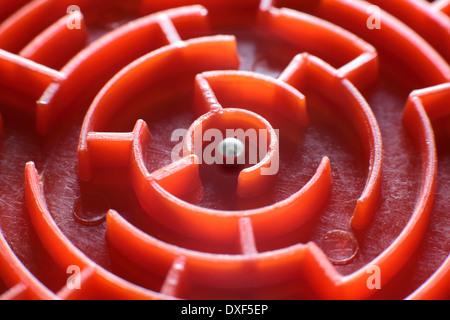 Nahaufnahme von einer kleinen, Spielzeug-Labyrinth. (Dies ist das Zentrum der eine kleine, kreisförmige Labyrinth - Stockfoto