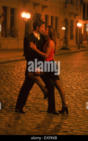Paar Tango tanzen auf den Straßen von San Telmo in der Nacht in Buenos Aires - Stockfoto