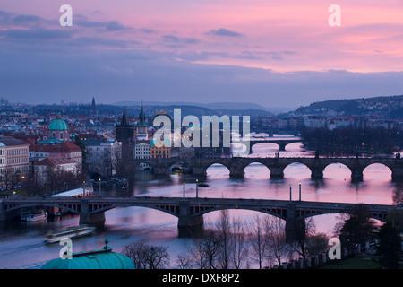 Manes, Charles und Legion Brücken über die Moldau in der Abenddämmerung, die Altstadt auf der linken Seite, Prag, - Stockfoto