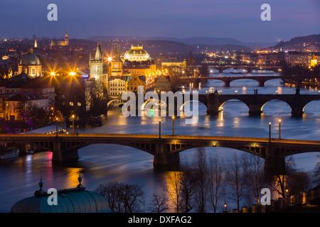 Manes, Charles und Legion Brücken über die Moldau in der Abenddämmerung, die Altstadt auf der linken Seite, Prag, Tschechische Republik