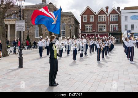 Standartenträger von West Bend High School marching band Wisconsin USA spielen in Salisbury-Marktplatz - Stockfoto
