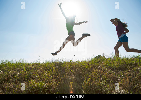 Mädchen laufen und springen im Freien, Mannheim, Baden-Württemberg, Deutschland - Stockfoto