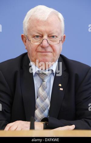 Berlin, Deutschland. 25. März 2014. Pressekonferenz mit dem Präsidenten des Deutschen Roten Kreuzes, Seiters, Team - Stockfoto