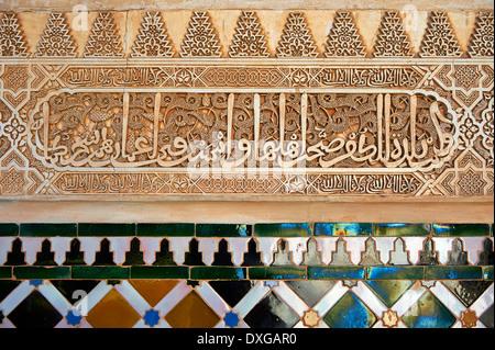 Maurischen Arabesken Keramikfliesen geformten Stuckarbeiten von Palacios Nazaries, Alhambra. Granada, Andalusien, - Stockfoto
