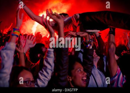 Mann Crowdsurfing beim Musikfestival - Stockfoto