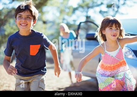 Glückliche Kinder läuft aus Auto - Stockfoto