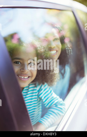 Porträt des Lächelns Auto suchen Autofenster - Stockfoto
