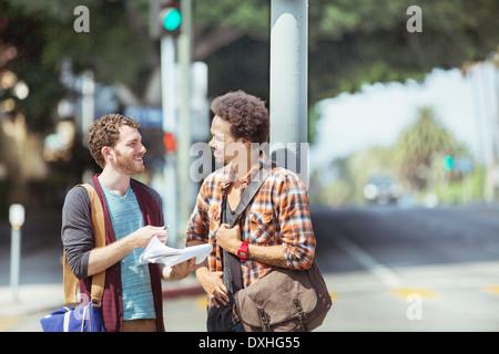 Geschäftsleute mit Papierkram auf städtischen Straße - Stockfoto