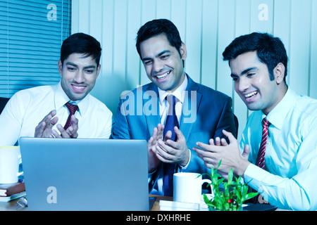 Indischen Geschäftsmann sitzen im Büro und Disscussing - Stockfoto