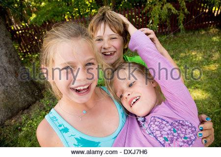 Kaukasische Kinder spielen im Garten - Stockfoto