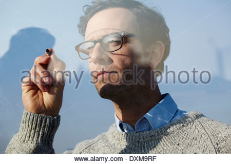 Porträt des Mannes, die Schrift auf Glasscheibe - Stockfoto
