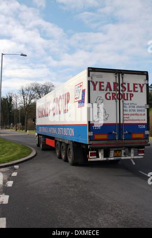 Eine Yearsley Gruppe Lkw verlassen eines Kreisverkehrs in Coulsdon, Surrey, England - Stockfoto