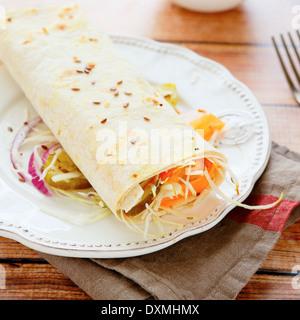 Pita-Brot mit Salat in der Mitte, Essen-Nahaufnahme - Stockfoto