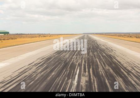 Bremsspuren auf der Start-und Landebahn am Flughafen Trelew in Argentinien. - Stockfoto