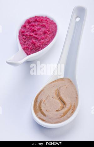 Senfsauce und Meerrettich, isoliert auf weiss - Stockfoto
