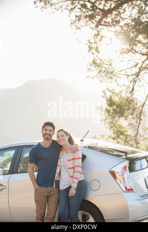 Porträt des glücklichen Paares außerhalb Auto - Stockfoto