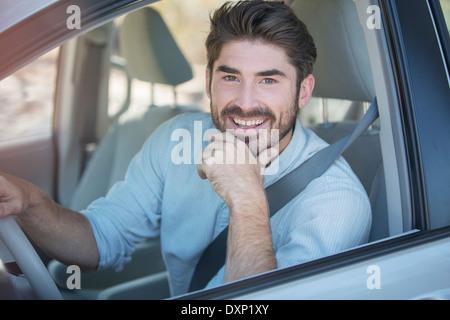 Porträt von lächelnder Mann Auto fahren - Stockfoto