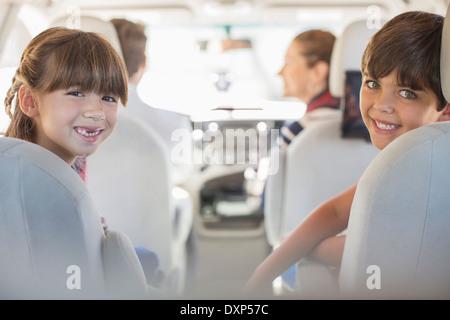 Porträt von glücklich Bruder und Schwester im Rücksitz des Wagens - Stockfoto
