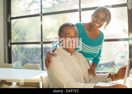 Porträt des Lächelns älteres Paar am laptop - Stockfoto