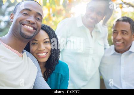 Porträt des Lächelns paar mit Eltern - Stockfoto