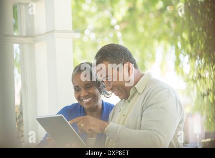 Gerne älteres Paar mit digital-Tablette auf Veranda - Stockfoto