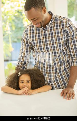 Porträt eines lächelnden Mädchens mit Vater - Stockfoto